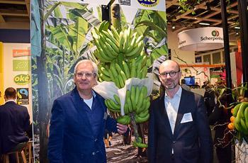 Frank_Vermeersch_en_Hans_Willem_van_de_Waal_in_de_Agrofair_stand_op_FruitLogistica-01